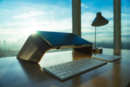 Arbeitsplatz mit Laptop und Tastatur